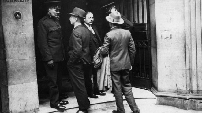 После лондонских обысков в АРКОСе русские перешли на иную систему передачи заданий своим шпионам на Западе