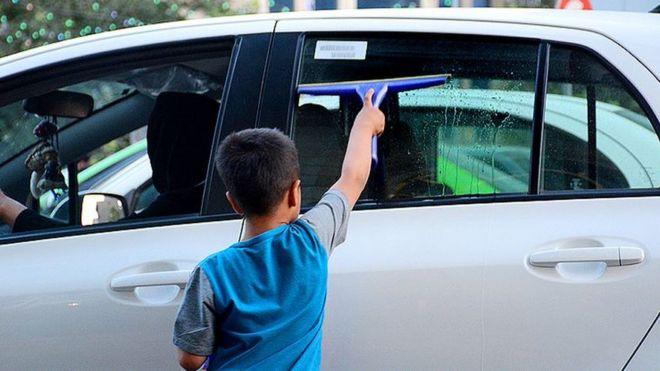 بازداشت بیش از ۳۰۰ 'کودک کار' در خیابانهای تهران باعث اعتراض شد