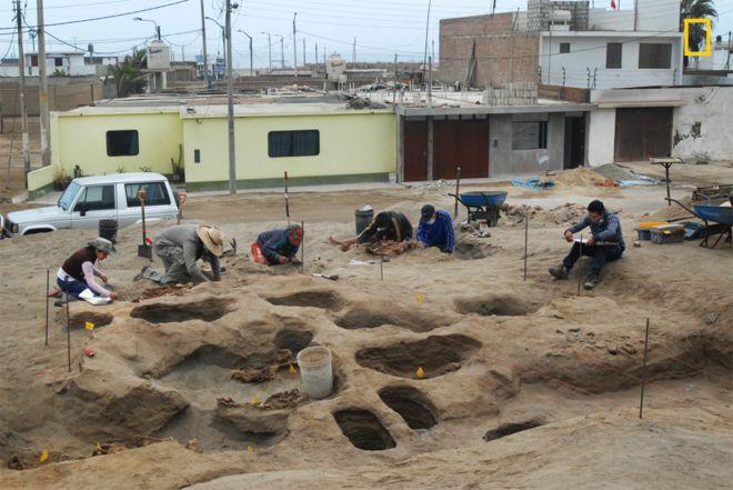 Excavación donde se encontraron los cuerpos de los niños sacrificados por los Chimú.