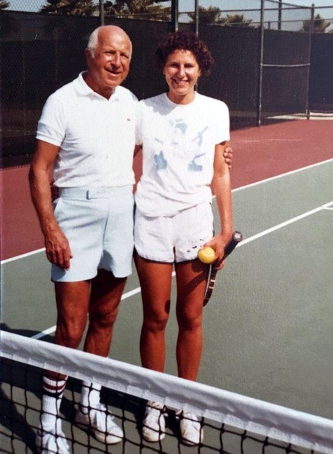 Maryann jogando tênis com o pai, em 1976 ou 1977, antes do acidente | Fonte: Arquivo pessoal