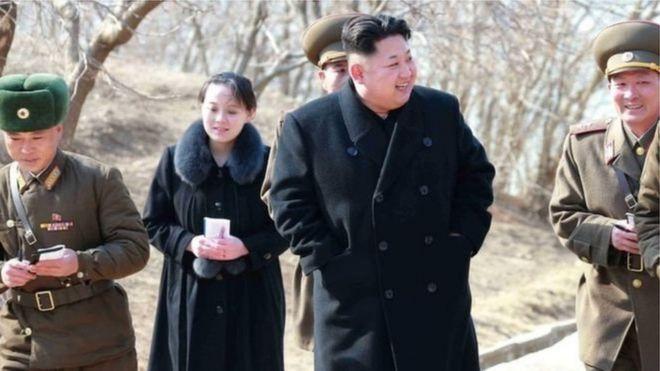 Bà Kim Yo-jong trong một hình chụp hồi 2015 khi anh trai bà, ông Kim Jong-un đi thăm một đơn vị bộ đội
