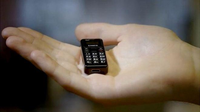 Imagen de celular Zanco en la mano.