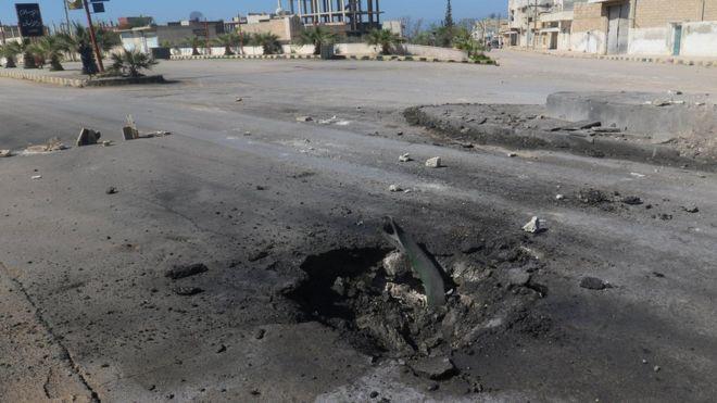 Фотография воронки в Хан Шейхуне, на которой видны части боеприпаса