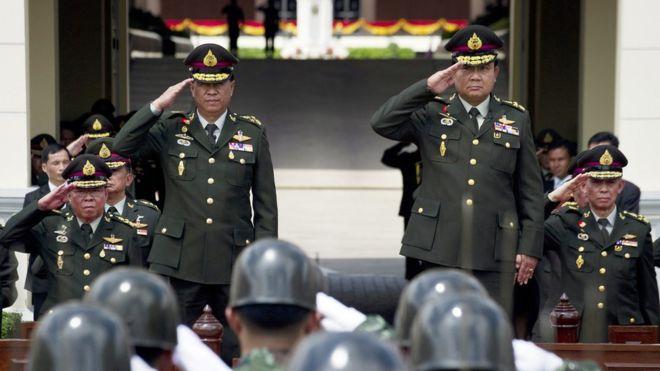 Tổng tư lệnh Quân đội Thái Lan, Tướng Prayut Chan-ocha (phải) và người tiền nhiệm, Tướng Anupong Paojinda (trái)