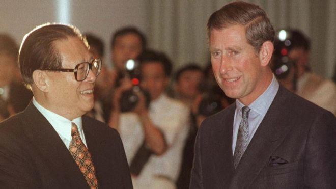 江泽民与英国王储查尔斯在中英政权交接前的晚宴上会面。