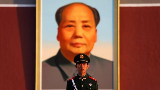 一名中国士兵在北京天安门广场的毛泽东像前站岗