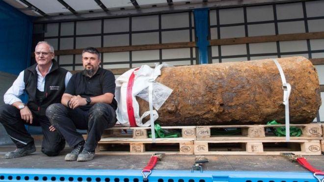 Los expertos descansan después de desactivar la bomba de 1.4 toneladas.