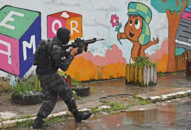 Militar de força especial na Vila Kennedy, no Rio