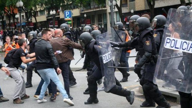 Enfrentamientos entre policías y manifestantes en Cataluña.
