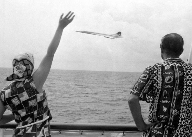 Những năm 80: Nữ hoàng vẫy chiếc Concorde đang bay gần Thuyền hoàng gia Britannia gần Barbados.