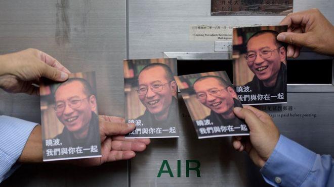香港邮政总局外,抗议人士准备投递明信片,