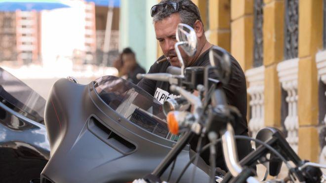 El hijo del Che Guevara que montó un negocio privado de rutas turísticas por Cuba en motocicletas