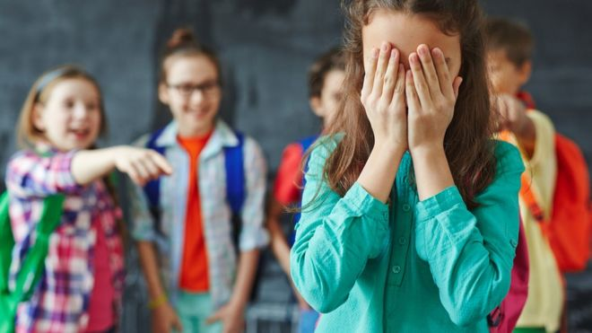 Crianças praticando bullying