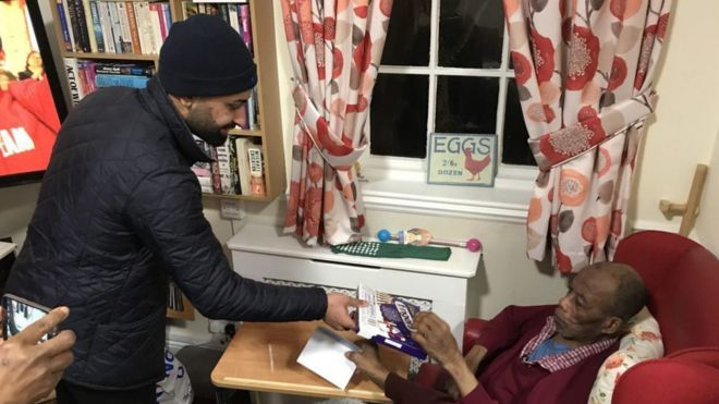 Ahmadiyya Muslim Youth Association visiting people in a care home