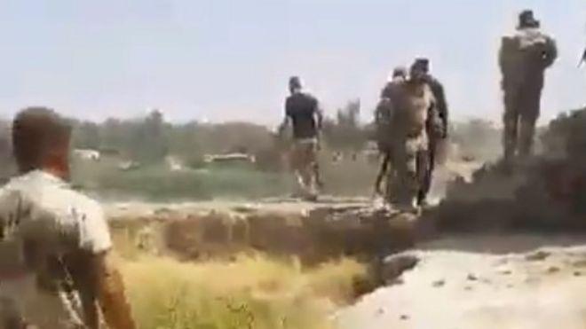 Todavía de un clip que supuestamente muestra a fuerzas iraquíes matando a un detenido en la zona de Mosul (11 de julio de 2017)
