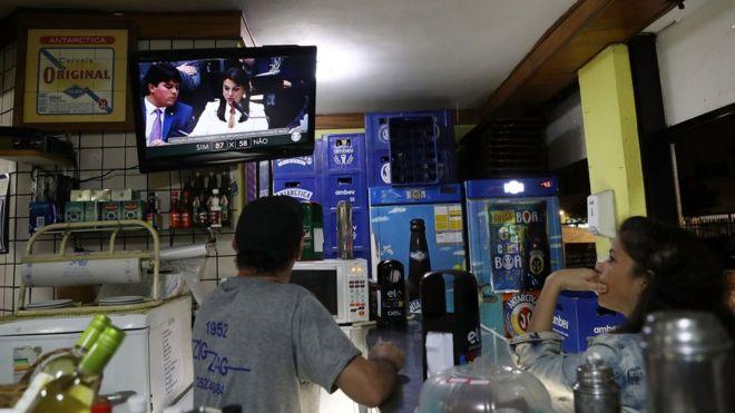Pessoas assistindo votação na Câmara