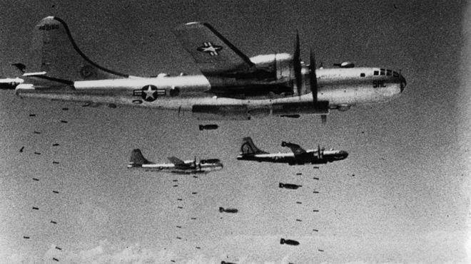 Un grupo de bombarderos estadounidenses arrojan bombas sobre Corea del Norte.