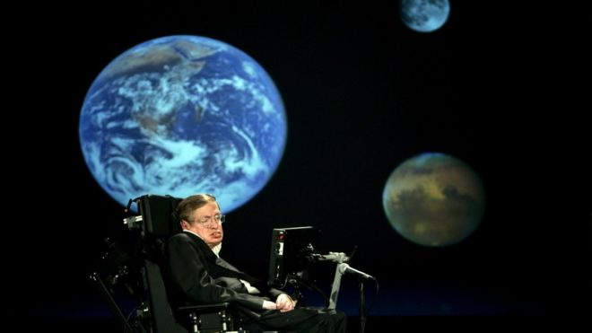 Stephen Hawking discursando na Universidade George Washington em Washington em 21 de abril 2008