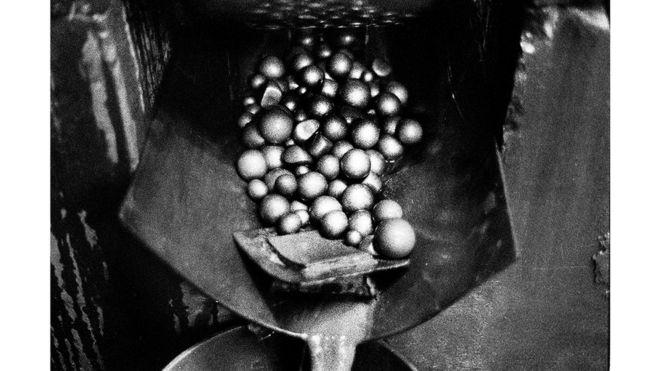 Bolas de magnesio utilizadas para aplastar rocas que contienen oro en el proceso de refinación, Segovia, Antioquia.