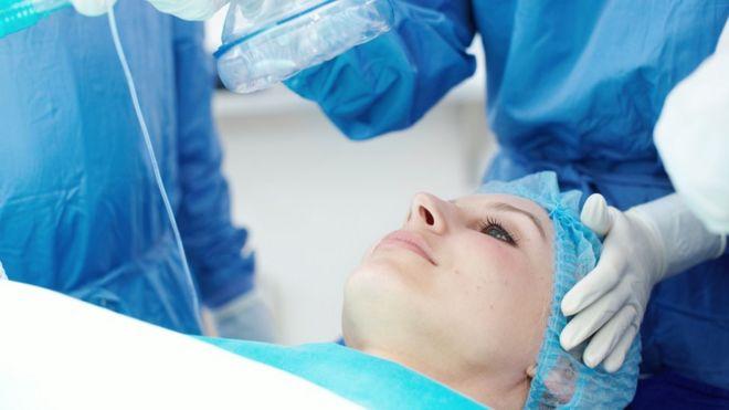 Mujer a punto de ser operada