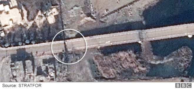 Musul'daki Al Camuriye Köprüsünün batı ucundan