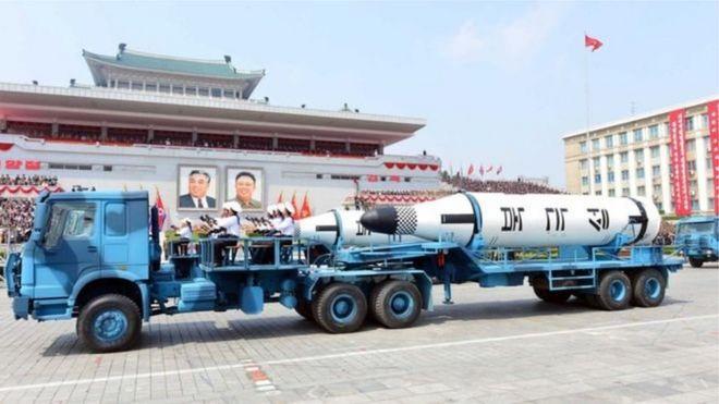 Bắc Hàn khoa trương thê mạnh quốc phòng trong cuộc diễu binh kỷ niệm ngày sinh của lãnh tụ Kim Il-sung