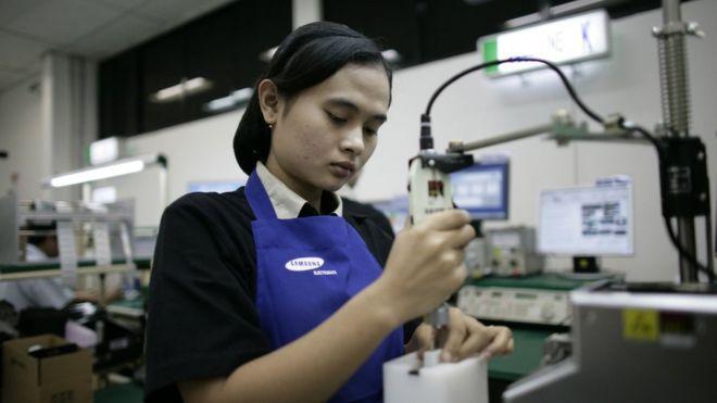 """Các lao động nữ của Samsung bị dọa kiện hoặc đuổi việc nếu """"nói chuyện bất lợi về công ty với người bên ngoài,"""" theo báo cáo của IPEN."""
