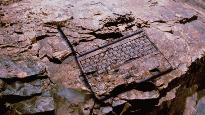 Conceptual: laptop fosilizado.