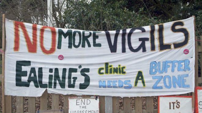 """Banner que diz """"não mais vigílias"""" fora de uma clínica em Ealing"""