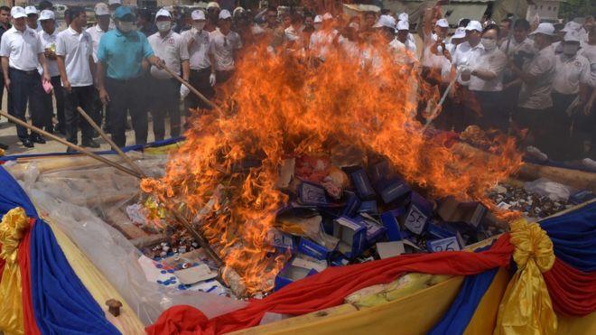Myanmar, Thái Lan và Campuchia tịch thu và đốt một khối lượng ma túy lớn có trị giá gần 1 tỷ USD hôm 26/6. Các lực lượng thi hành luật nỗ lực giảm lượng ma túy lưu thông ở khu vực này.