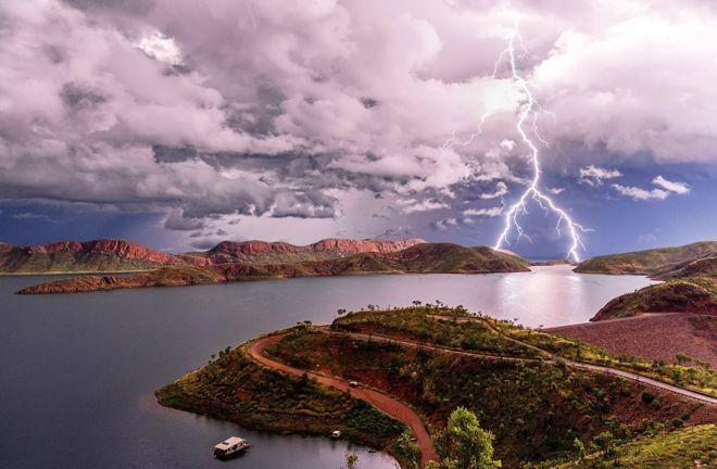 Вилка молнии над озером Аргайл в Кимберли, штат Западная Австралия, февраль 2016