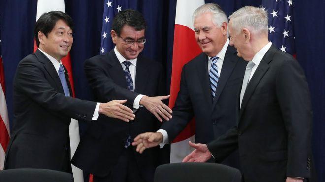 Ngoại trưởng Mỹ Rex Tillerson, Bộ trưởng Quốc phòng Mỹ James Mattis bắt tay Ngoại trưởng Nhật Taro Kono và Bộ trưởng Quốc phòng Nhật Itsunori Onodera tại một cuộc họp Ủy ban Tư vấn An ninh Mỹ - Nhật ở Washington DC hôm 17/8.
