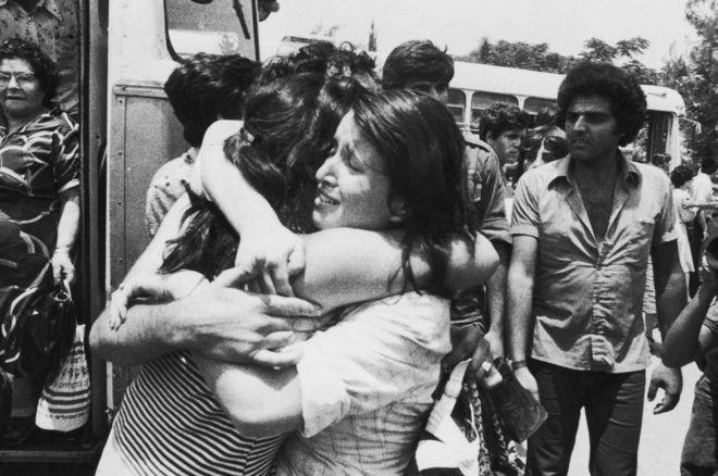 Izraelski zakładnik witany jest po powrocie do Izraela po operacji Entebbe w dniu 3 lipca 1976 r