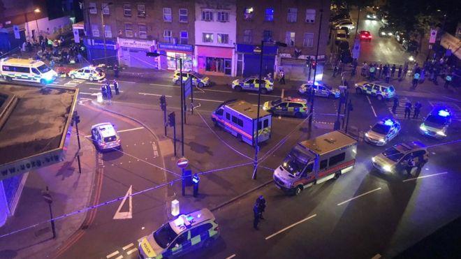 La zona está acordonada y hay autos de la policía, ambulancias y camiones de bomberos.