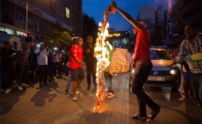 عندما استقال موغابي، اندلعت احتفالات بين الزيمبابويين في مختلف أنحاء العالم بما في ذلك في جنوب أفريقيا حيث أحرقوا لافتات تحمل صورته...