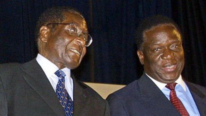 Mnangagwa(Upande wa kulia) akiwa na Mugabe wakati wa enzi zao
