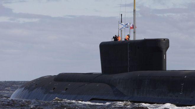 Homens dentro do submarino russo Yuri Dolgoruky