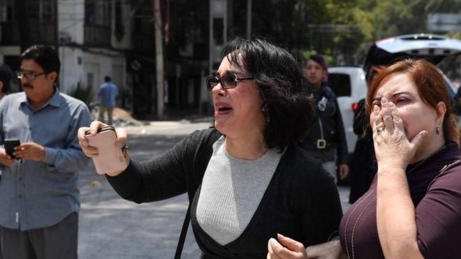 Dos mujeres reaccionan al sismo en Ciudad de México