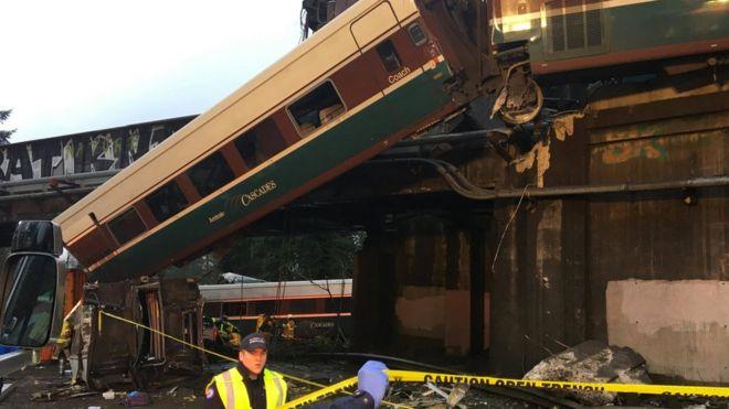 Vagones de tren descarrilados.