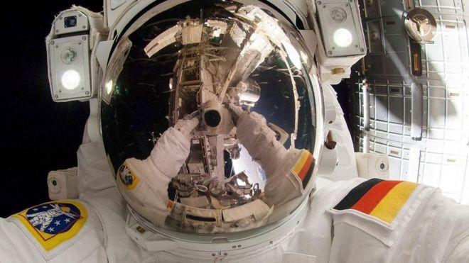 Con người cần tiến hóa thành bốn tay trong vũ trụ?