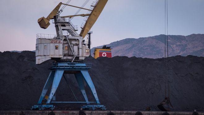 Carbón norcoreano, que hubiera sido destinado a China, se ve arrumado en la bahía de Rajin, tras la prohibición de su exportación por la ONU