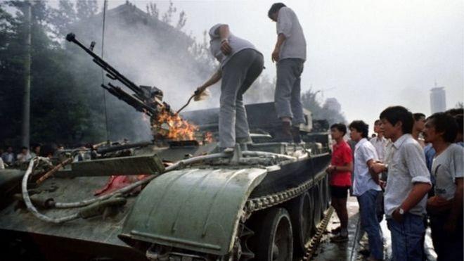 Một chiếc xe tăng đang cháy hôm 4/6/1989, gần Quảng trường Thiên An Môn