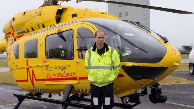 Принц Уильям завершит работу пилота вертолёта ночной сменой. https://ichef-1.bbci.co.uk/news/660/cpsprodpb/130F5/production/_97096087_hi040804446.jpg