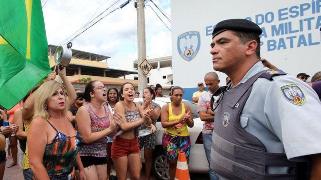 Moradores de Cachoeiro do Itapemirim protestam diante de batalhão contra greve de policiais em 7 de fevereiro de 2017
