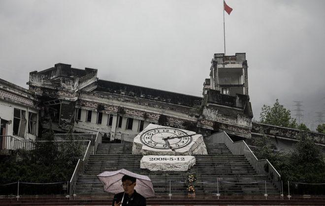 2018年4月30日,一名游客在参观映秀镇漩口中学地震遗址。