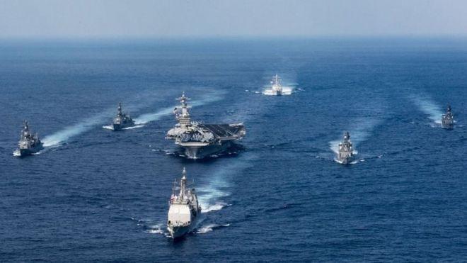 El portaviones Carl Vinson (centro) escoltado por otros barcos de guerra.