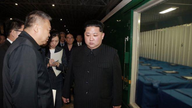 朝中社發出的照片顯示,金正恩親自到平壤火車站檢視運載遇難中國遊客遺體的火車車廂。