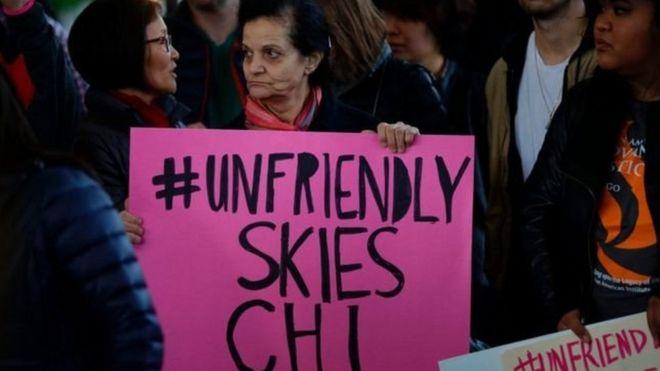 Vụ này đã gây phản ứng dữ dội trên mạng và biểu tình nhỏ tại sân bay Chicago