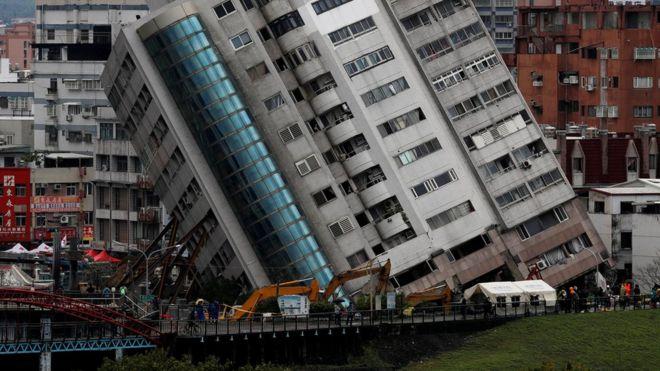 Sejumlah gedung di Hualien, Taiwan, miring akibat gempa/REUTERS
