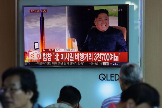 Pantalla que muestra al líder de Corea del Norte, Kim Jong-un, y el lanzamiento de un misil el 15 de septiembre de 2017 en Seúl, Corea del Sur.
